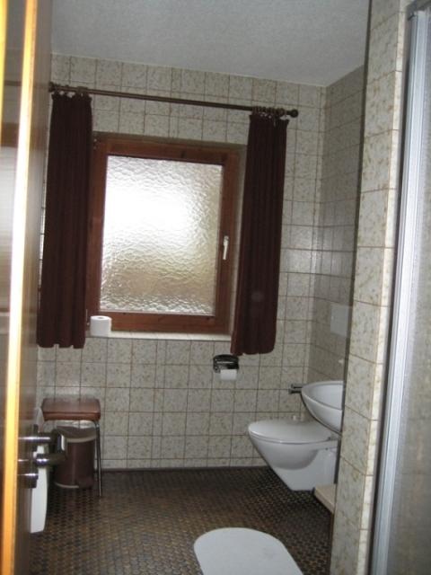 Badezimmer 2:Dieses Badezimmer hat eine Dusche.