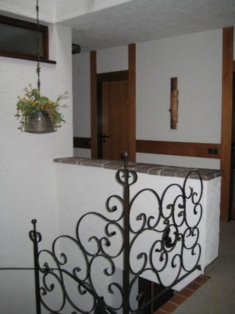 Treppenhaus:Hier befinden sie sich im Erdgeschoss. Von der Garage kann man hier direkt ins Haus gelangen. Nach unten geht es auch zur Sauna. Die Türe im Hintergrund ist der Zugang zur Küche.
