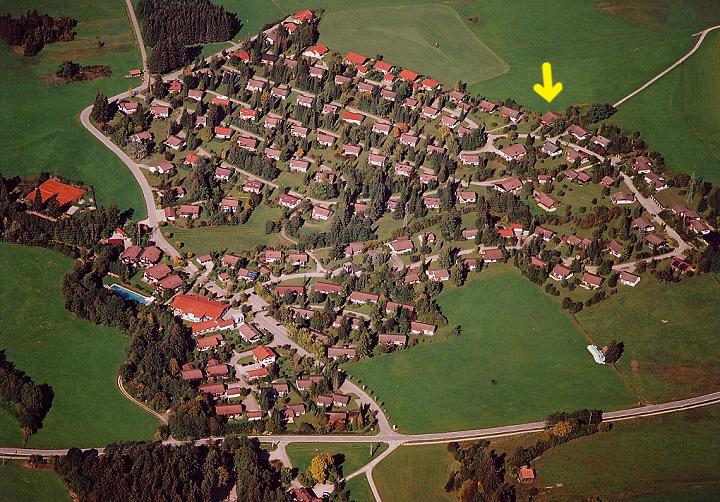 Luftaufnahme:Hier sehen Sie die korrekte Lage des Johännle. Leider ist das Haus im Lageplan falsch eingetragen. Sie haben einen freien Blick nach Südwesten über das Feriendorf hinweg.