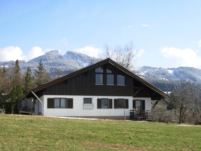 Aussenansicht Frühjahr:Im Hintergrund ist der Nesselwanger Hausberg, der Edelsberg mit der schneebedeckten Alpspitze zu sehen.