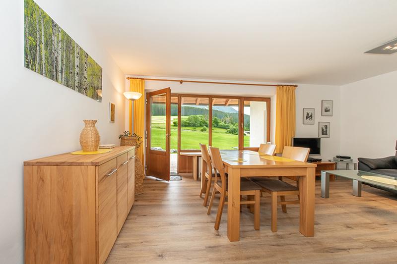 Wohn- und Eßzimmer:Großes Wohn- und Esszimmer, Eßtisch für bis zu 6 Personen, direkter Zugang zur Terrasse