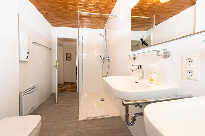 Naßzelle:Grosse Dusche mit 2 Waschbecken, WC und Waschmaschine
