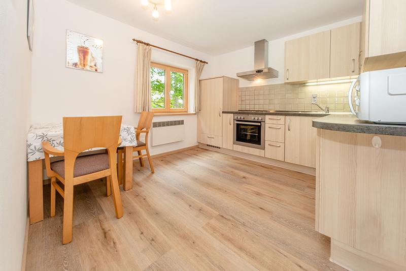 Küche:vollumfänglich ausgestattete Küche mit viel Platz zum Kochen und einem kleinen Tisch mit Sitzgelegenheit