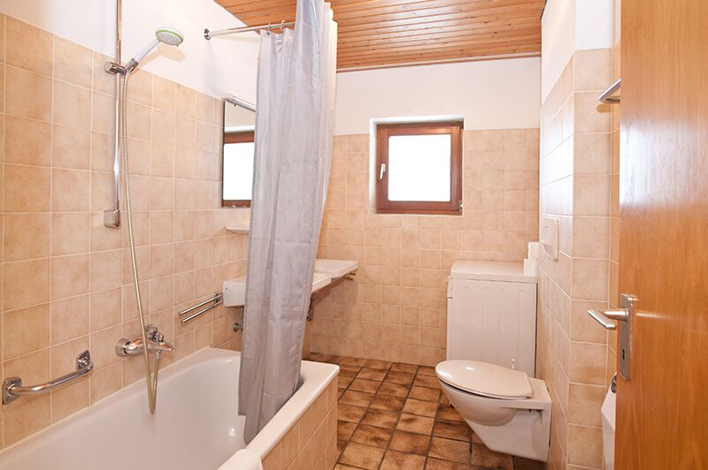 Badezimmer:Das Badezimmer ist groß und bietet zwei Waschbecken.