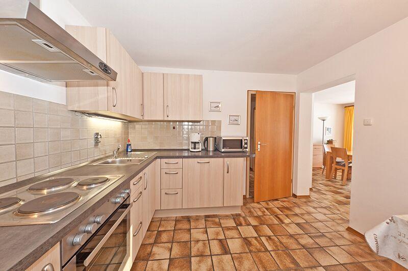 Blick Küche-Wohnzimmer:Ausgestattet  mit Spülmaschine und Mikrowelle.