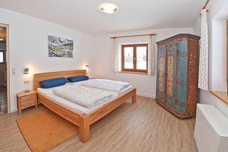 Elternschlafzimmer:Das Elternschlafzimmer ist groß genug, dass ein zuzätzliches Kinderbett bequem Platz hat.
