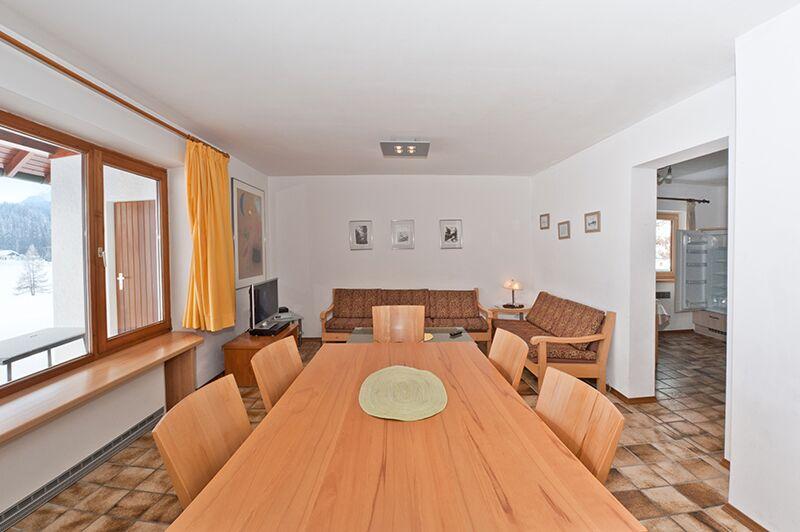Sitzecke im Wohnzimmer:Bequem mit 6 Personen essen, am geräumigen Esstisch