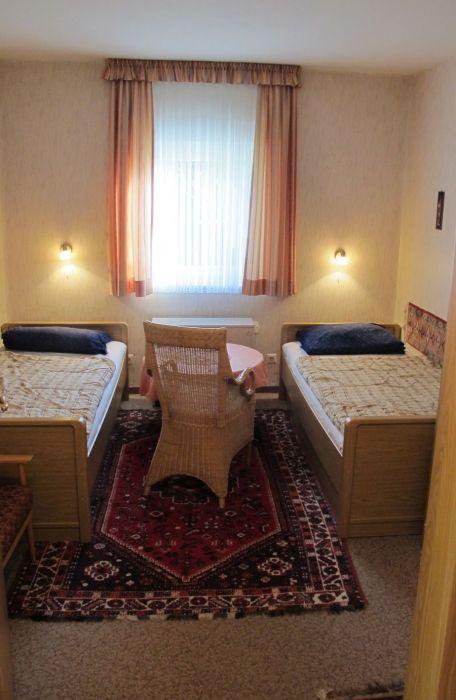 Schlafzimmer :Schlafzimmer mit Einzelbetten und Waschgelegenheit