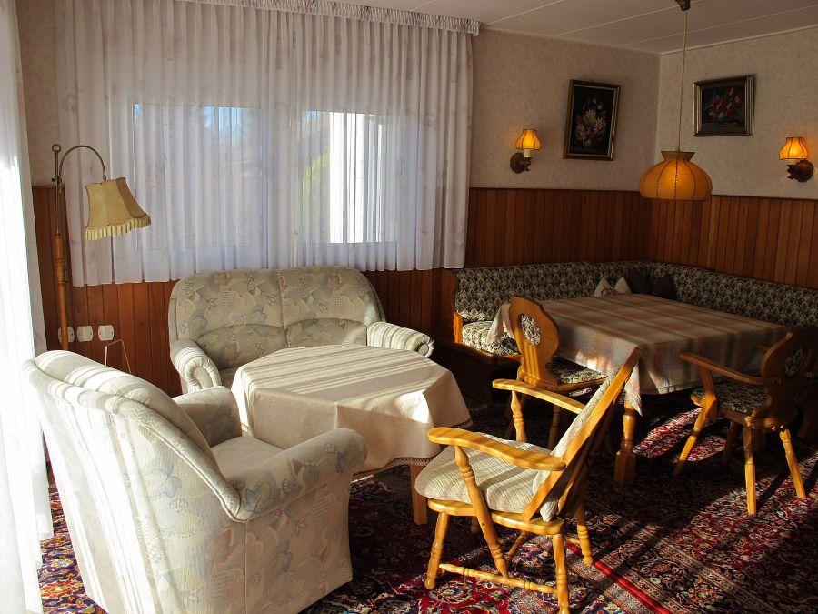 Wohnzimmer:Wohnzimmer mit Essecke und tollem Ausblick in die Berge