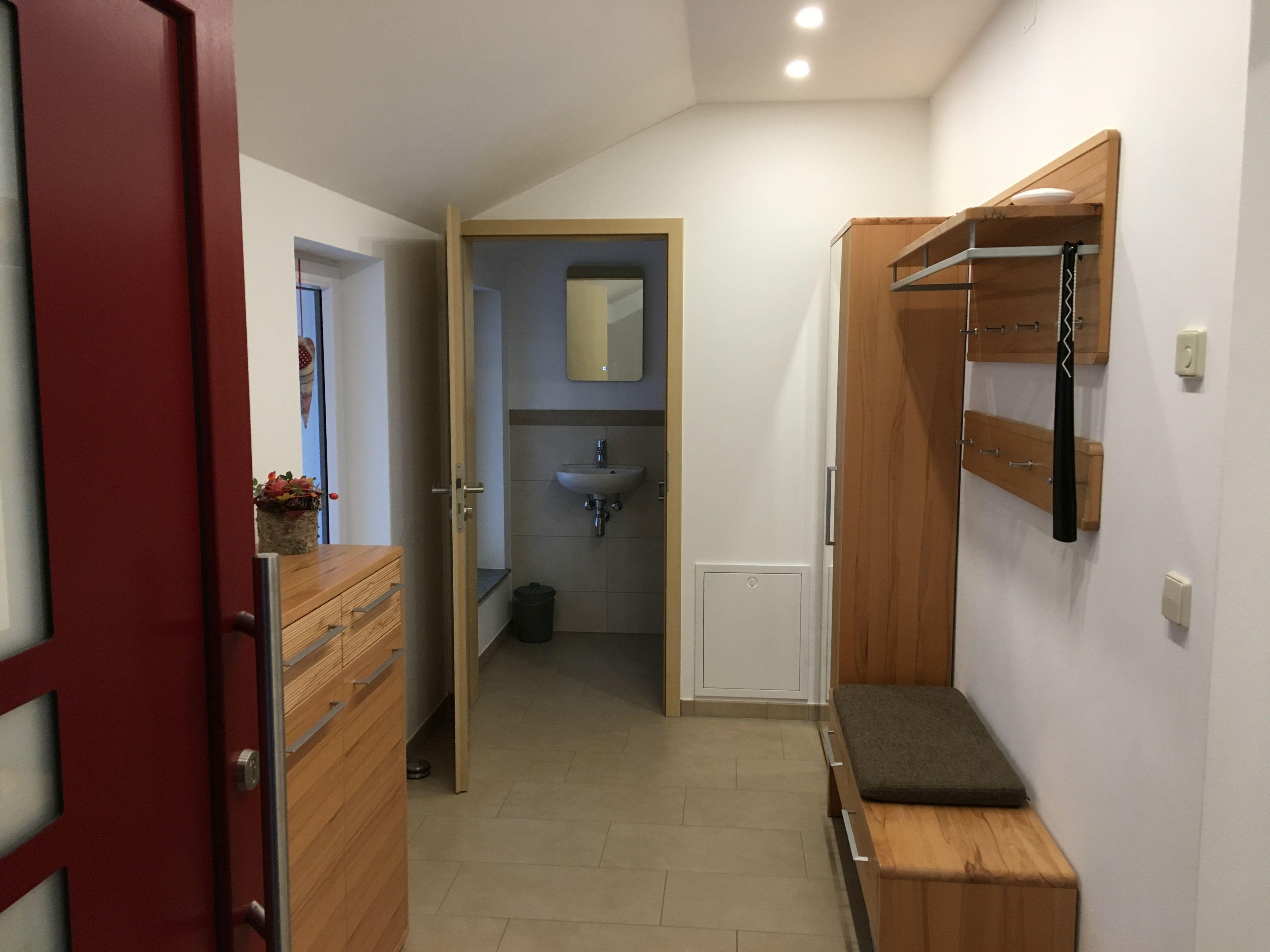 Windfang + WC:Blick in den Eingangsbereich mit Garderobe und WC.