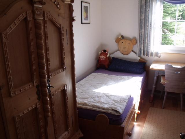 Kinderzimmer:Kinderzimmer in Fichte Antik Stil mit   2 Einzelbetten und Waschplatz