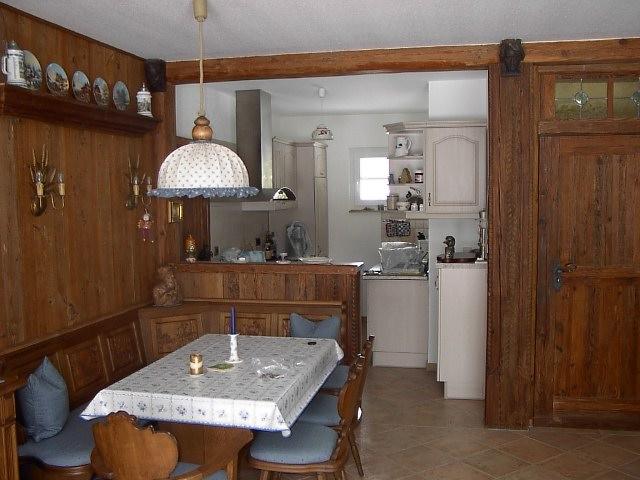 Blick in die Küche:Wohnzimmer mit Essecke und Blick in die integrierte Küche