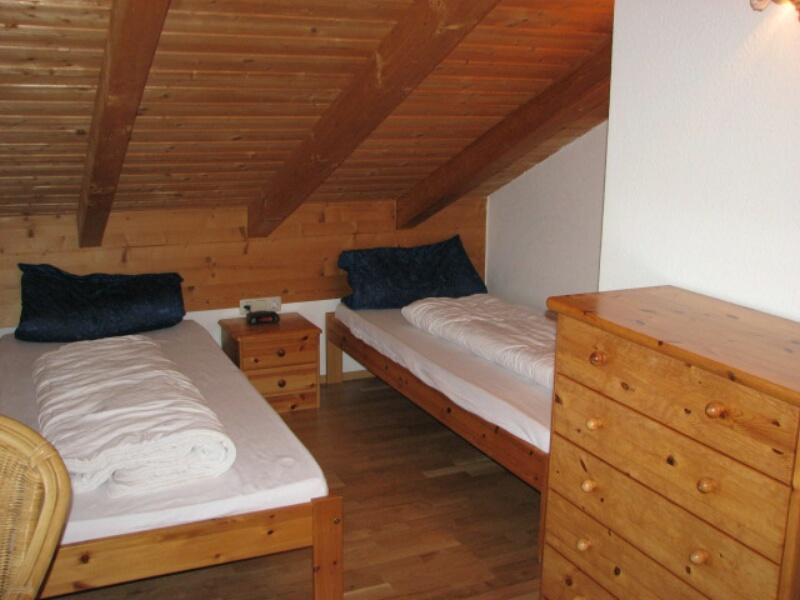 Zimmer Erker OG:2. Schlafzimmer mit neuem Parkettboden, Fernseher,