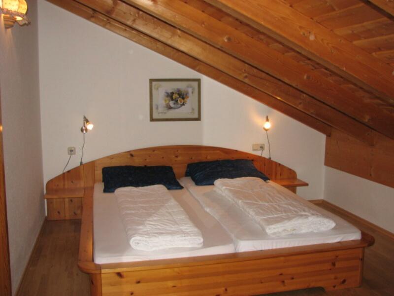Schlafzimmer OG:im Obergeschoß mit Fernseher, Parkettboden,