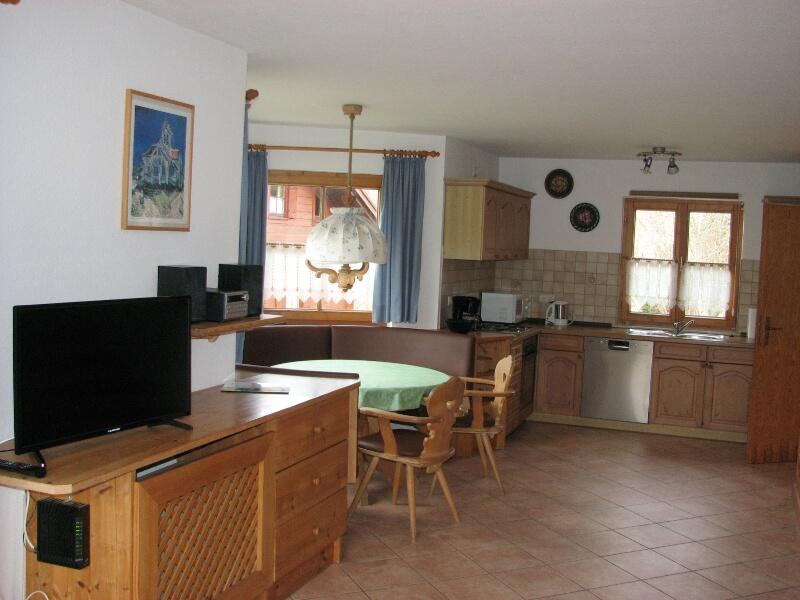 Wohnen:Erker mit Eckbank, Küche, Backofen,Mikrowelle,Spülmaschine und Kühlschrank