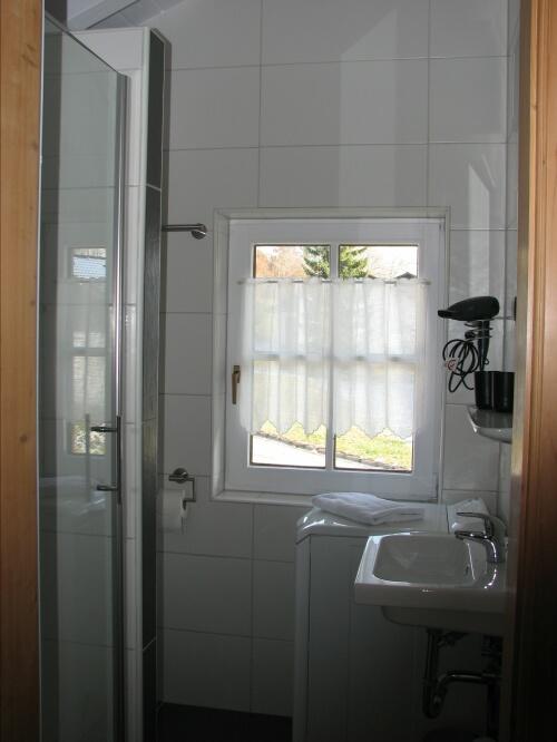 Dusche neu renoviert:mit WC und Waschmaschine
