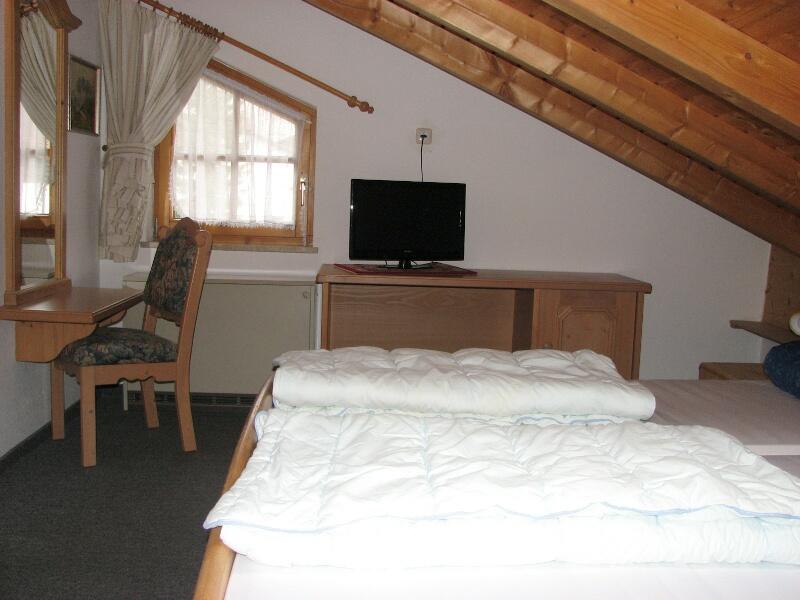 Schlafzimmer: mit Doppelbett und Fernseher, Spiegel