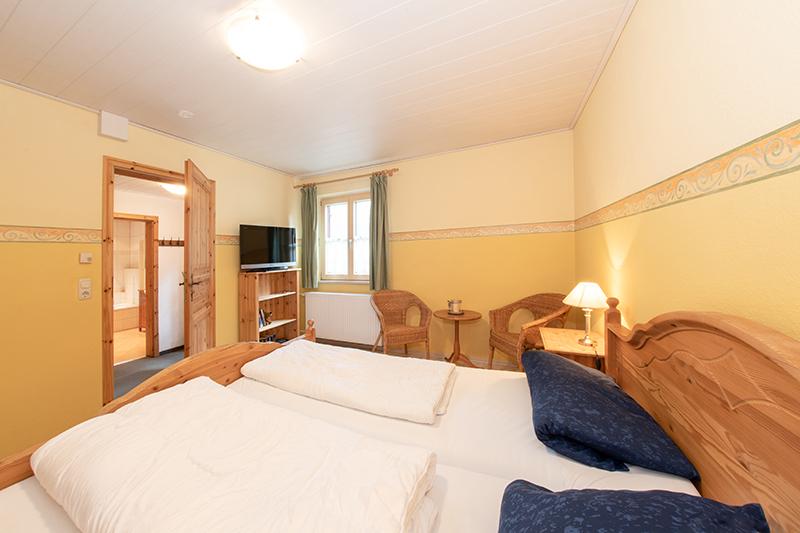 Schlafzimmer UG:Schlafzimmer, kleiner Sitzplatz und Fernseher