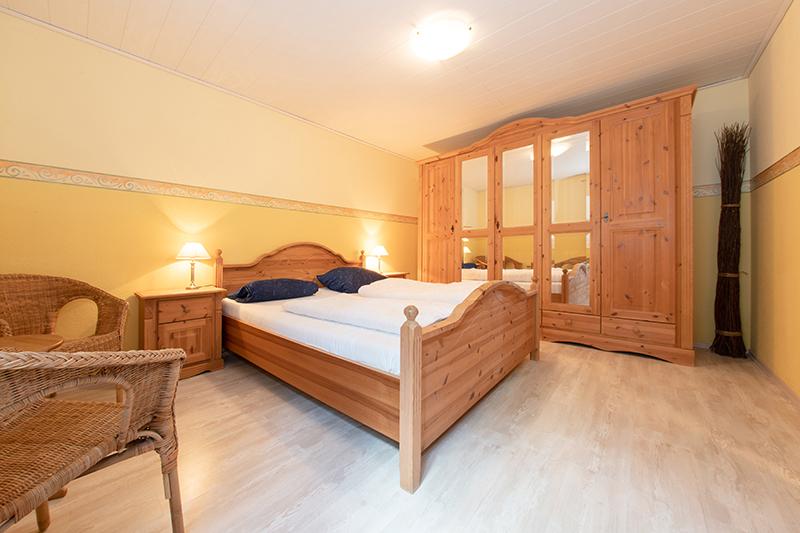 Schlafzimmer UG:Schlafzimmer mit Doppelbett (1,80x2,00m) und grossem Spiegelschrank.