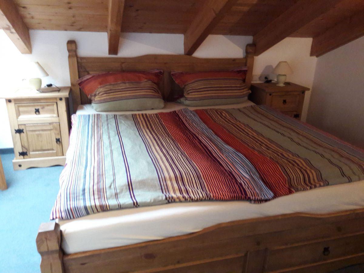 Schlafzimmer 1 DG:Schlafzimmer mit Doppelbett (1,80x2,00m)