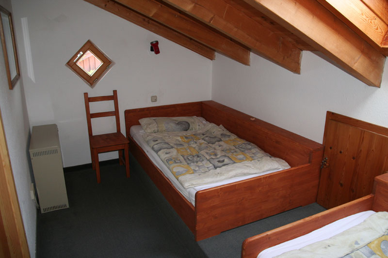 Schlafzimmer 2  DG:Schlafzimmer mit zwei grossen Einzelbetten (1,00x2,00m)