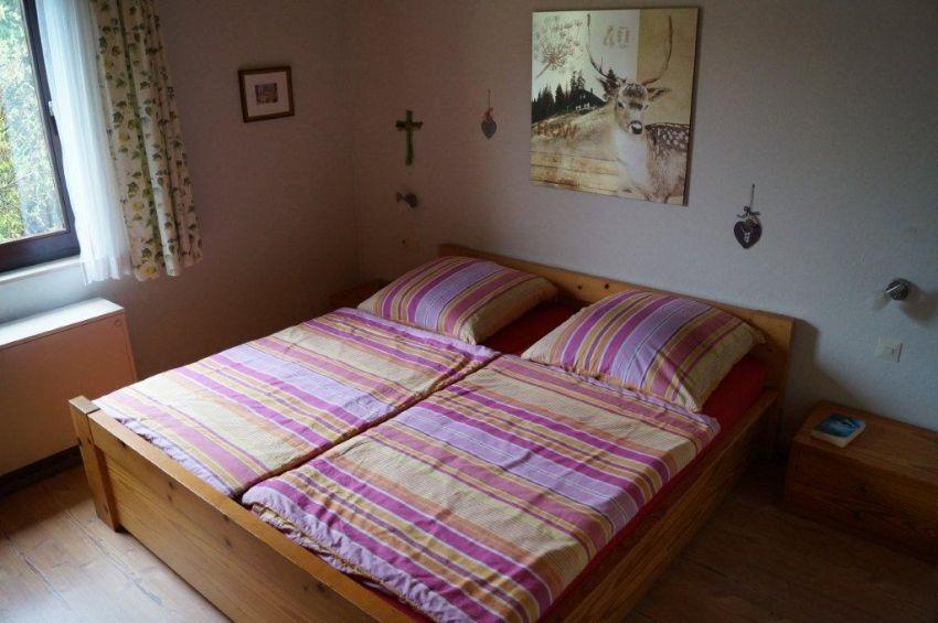 Schlafzimmer:Das Schlafzimmer mit Doppelbett und großem Kleiderschrank