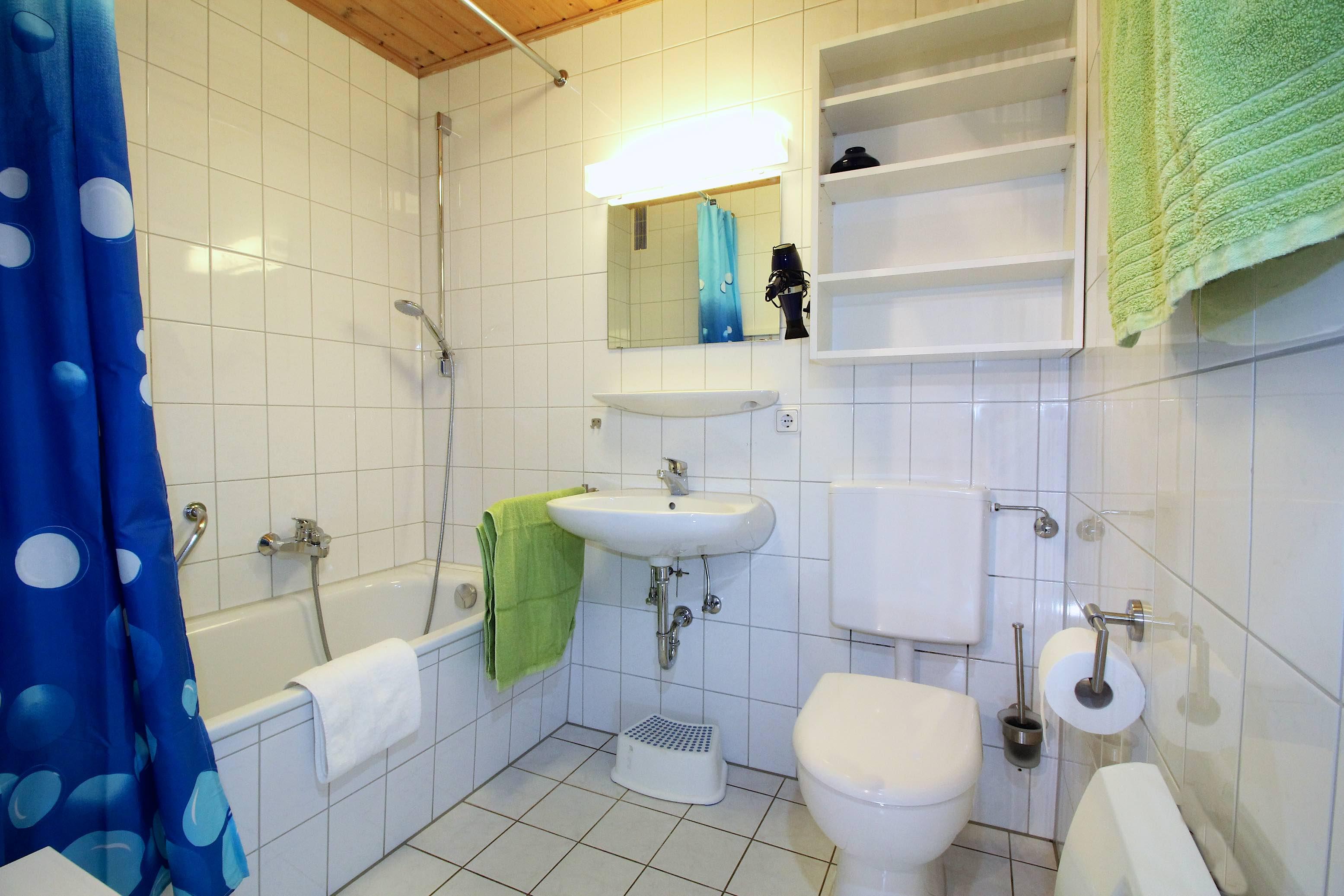 Badezimmer:...mit Badewanne und Toilette