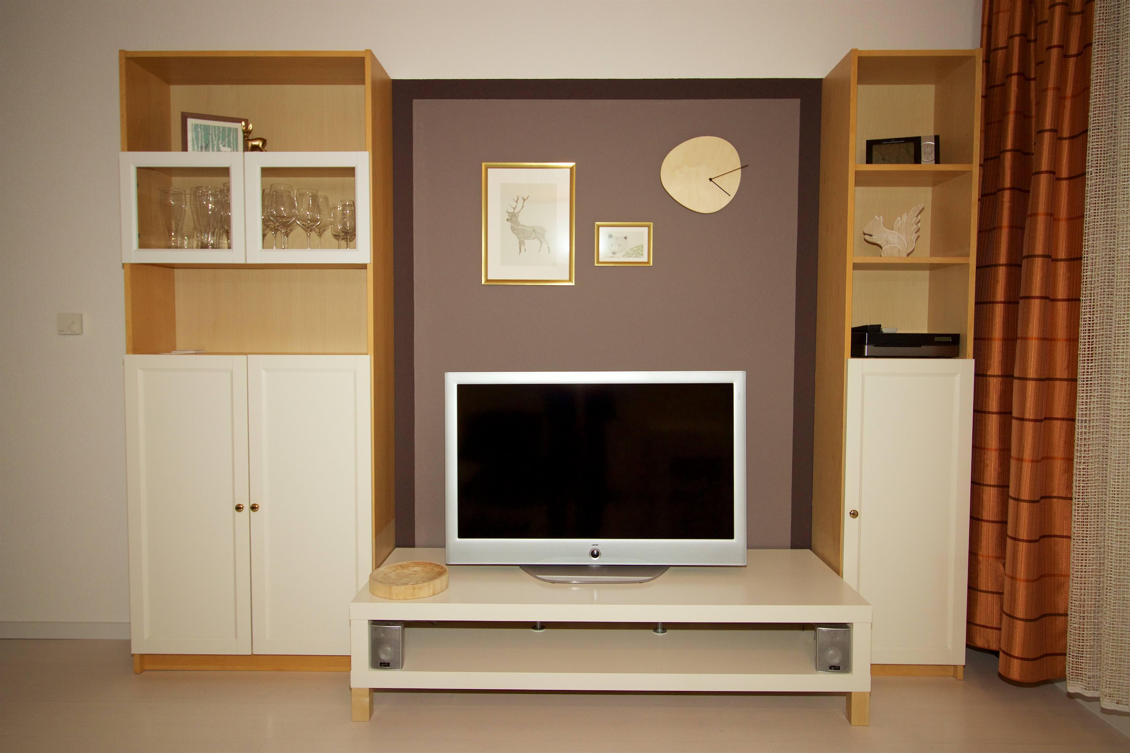 Medienwand:hier sehen Sie das Wohnzimmer mit der Mediawand. Vorhanden ist ein moderner Flachbildschirm mit digitalem SAT und Kabel Empfang. Ebenso vorhanden ist eine Musikanlage mit DVD und CD. Das Ganze ist zu genießen auf einer Ledercouch oder zwei Ledersessel.