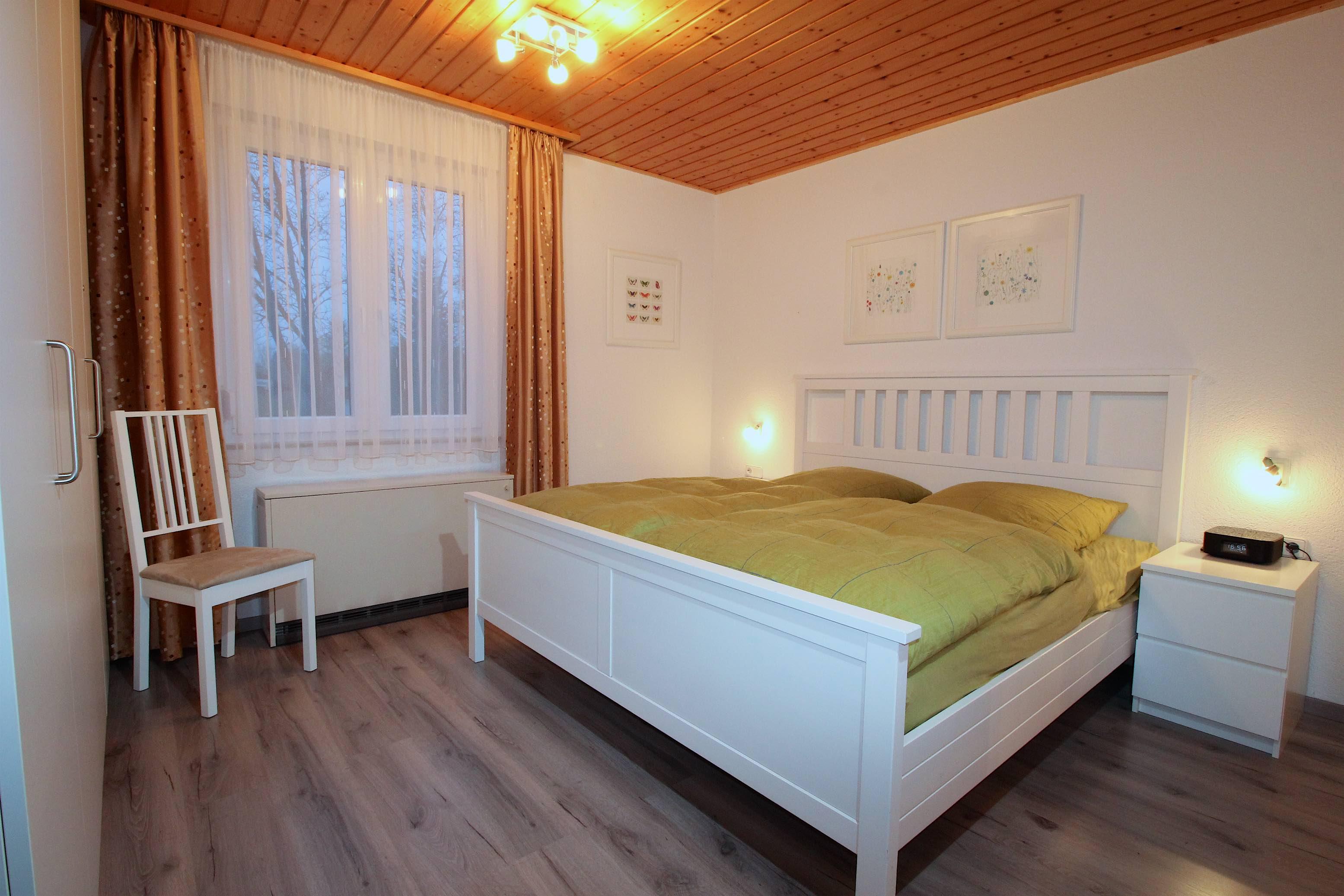 Schlafzimmer:Schlafzimmer mit geräumigem Einbauschrank