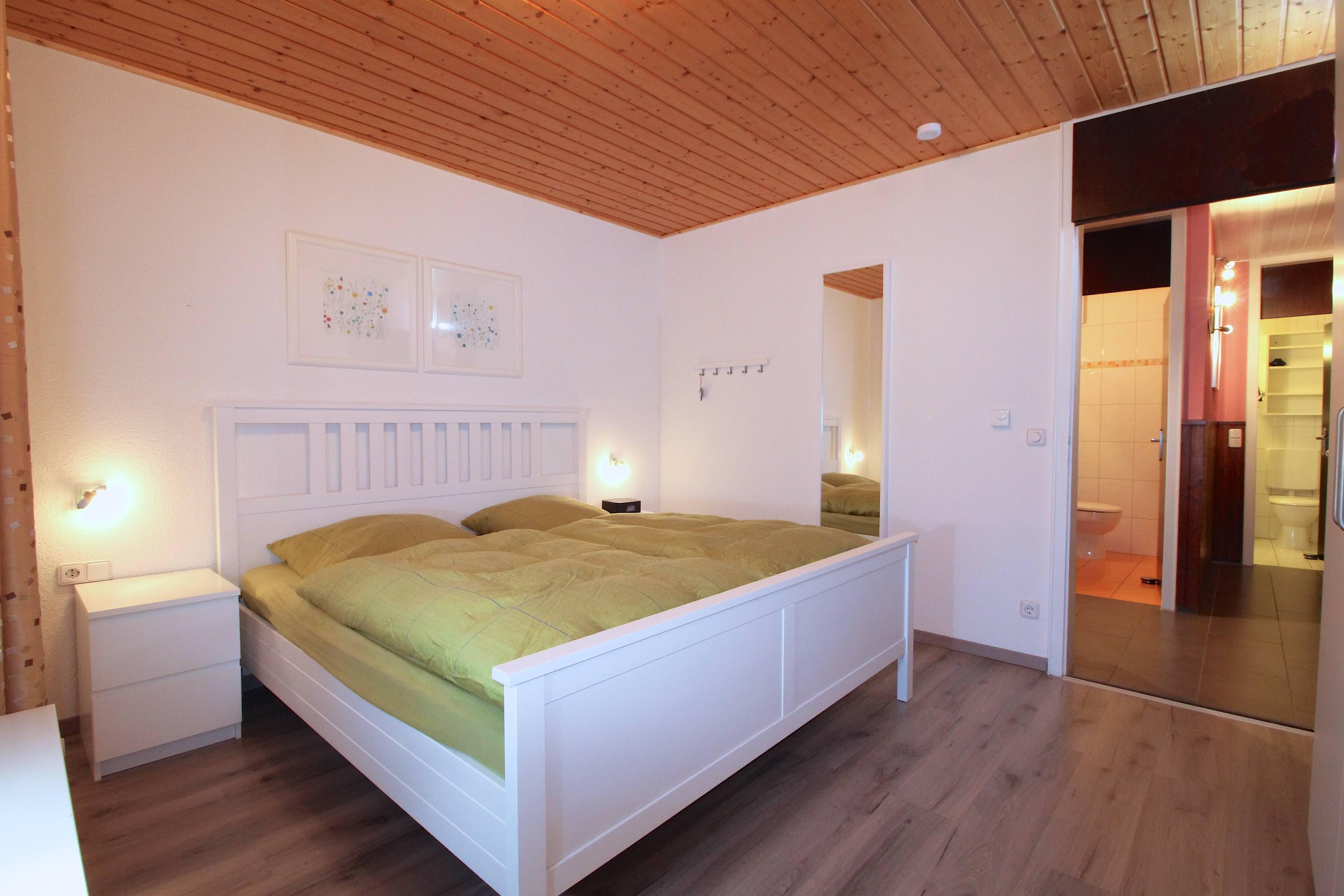 Schlafzimmer:Schlafzimmer mit modernem Laminatboden.