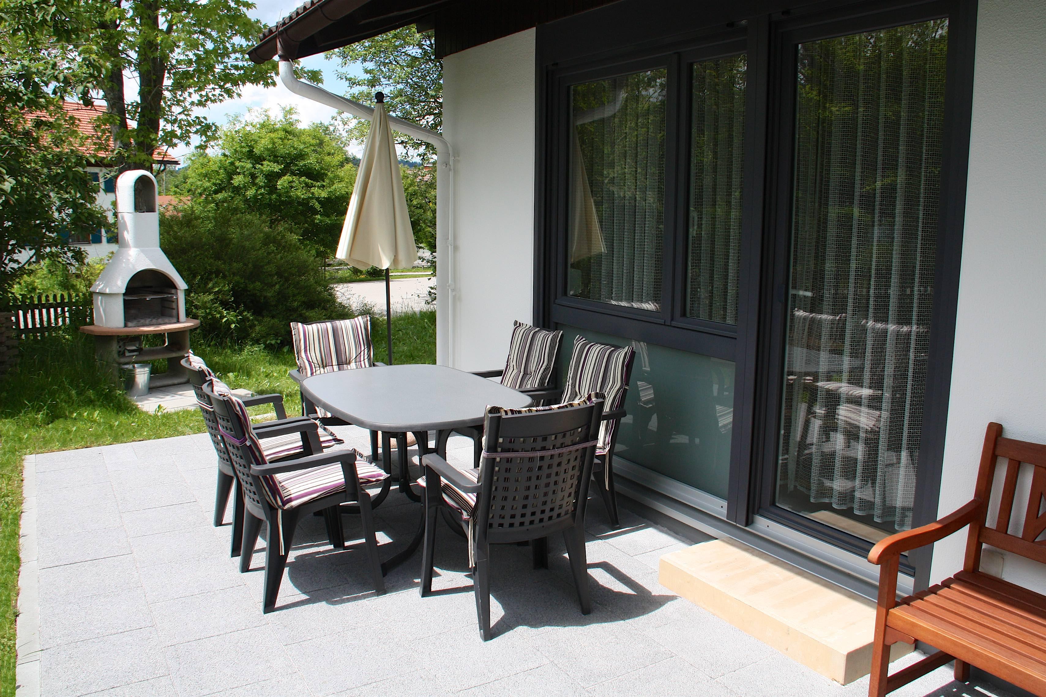 Sonnenterrasse:Der Grill neben der Terrasse lädt zum gemütlichen Beisammensein ein.
