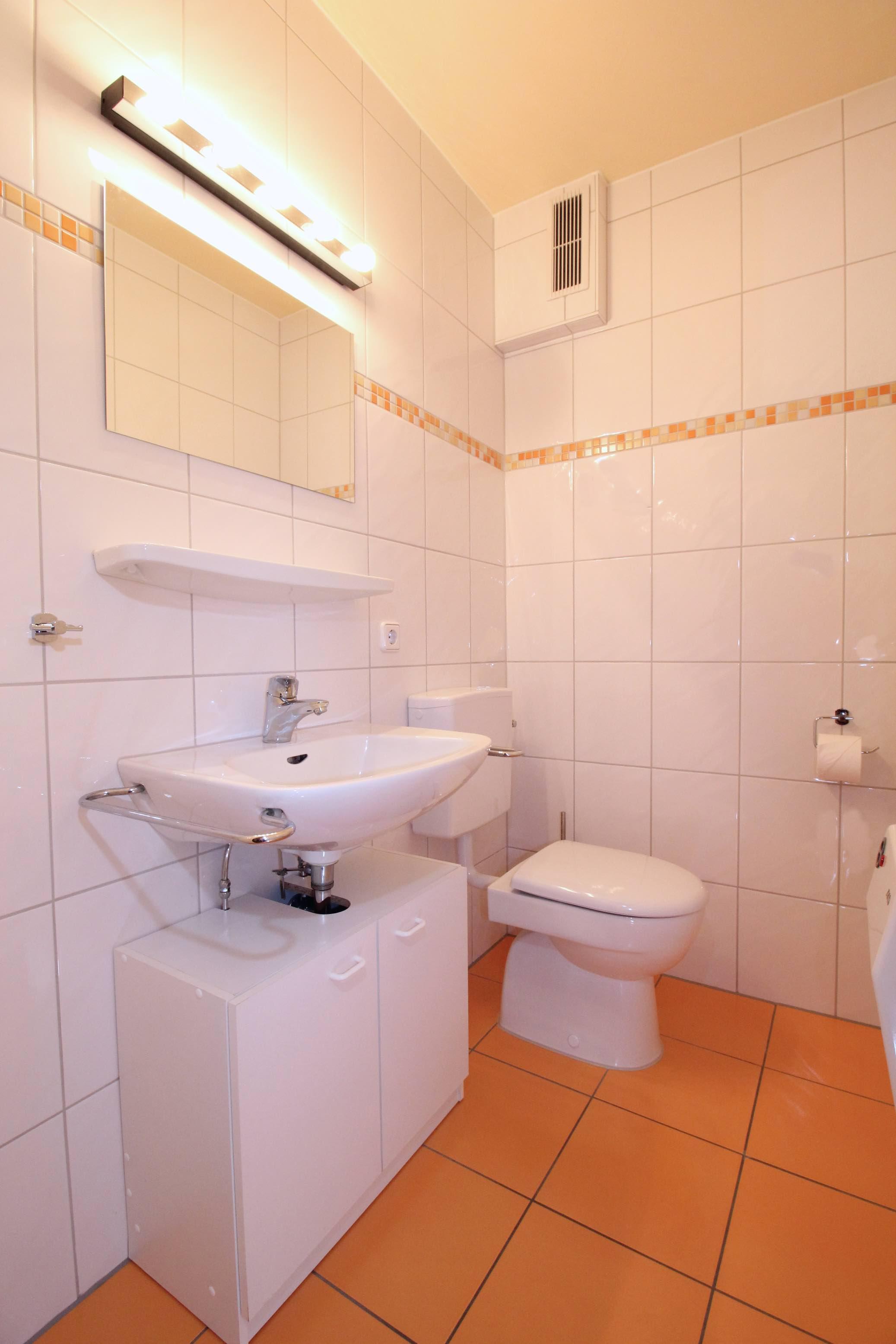 WC:Die zweite Toilette bietet eine zusätzliche Waschgelegenheit