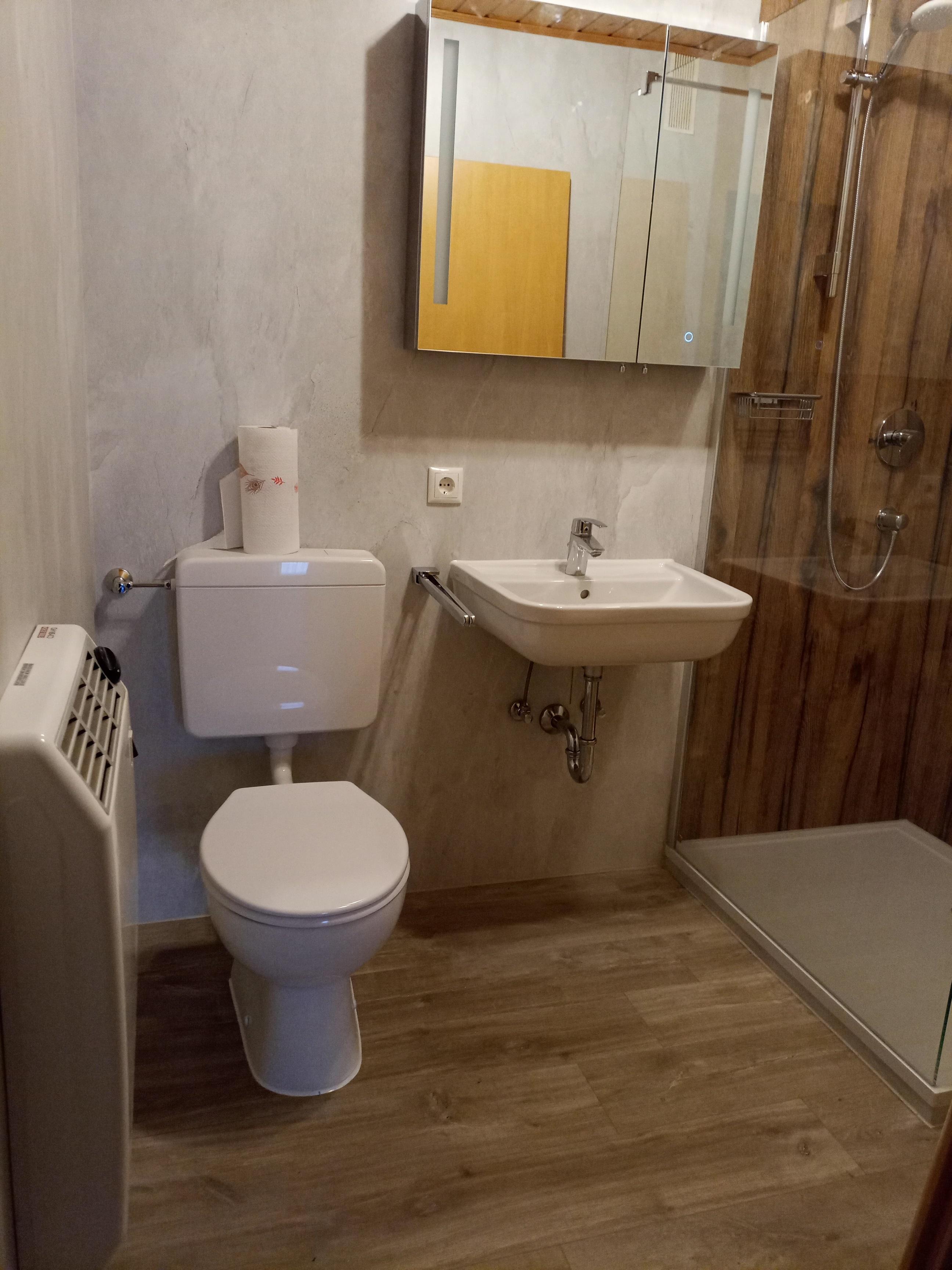:Badezimmer mit begehbarer Dusche