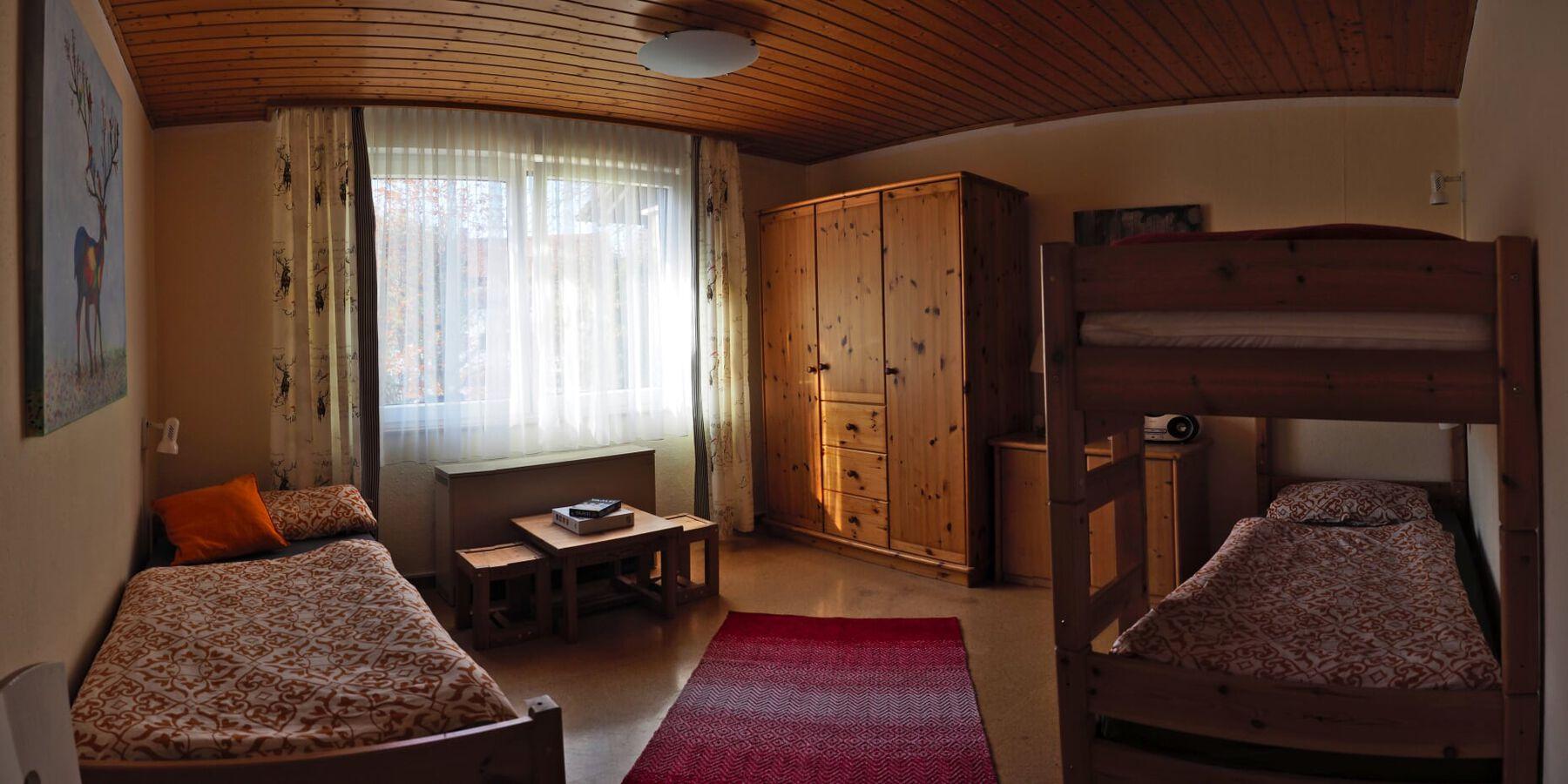 :Kinderzimmer mit Einzel- und Etagenbett.