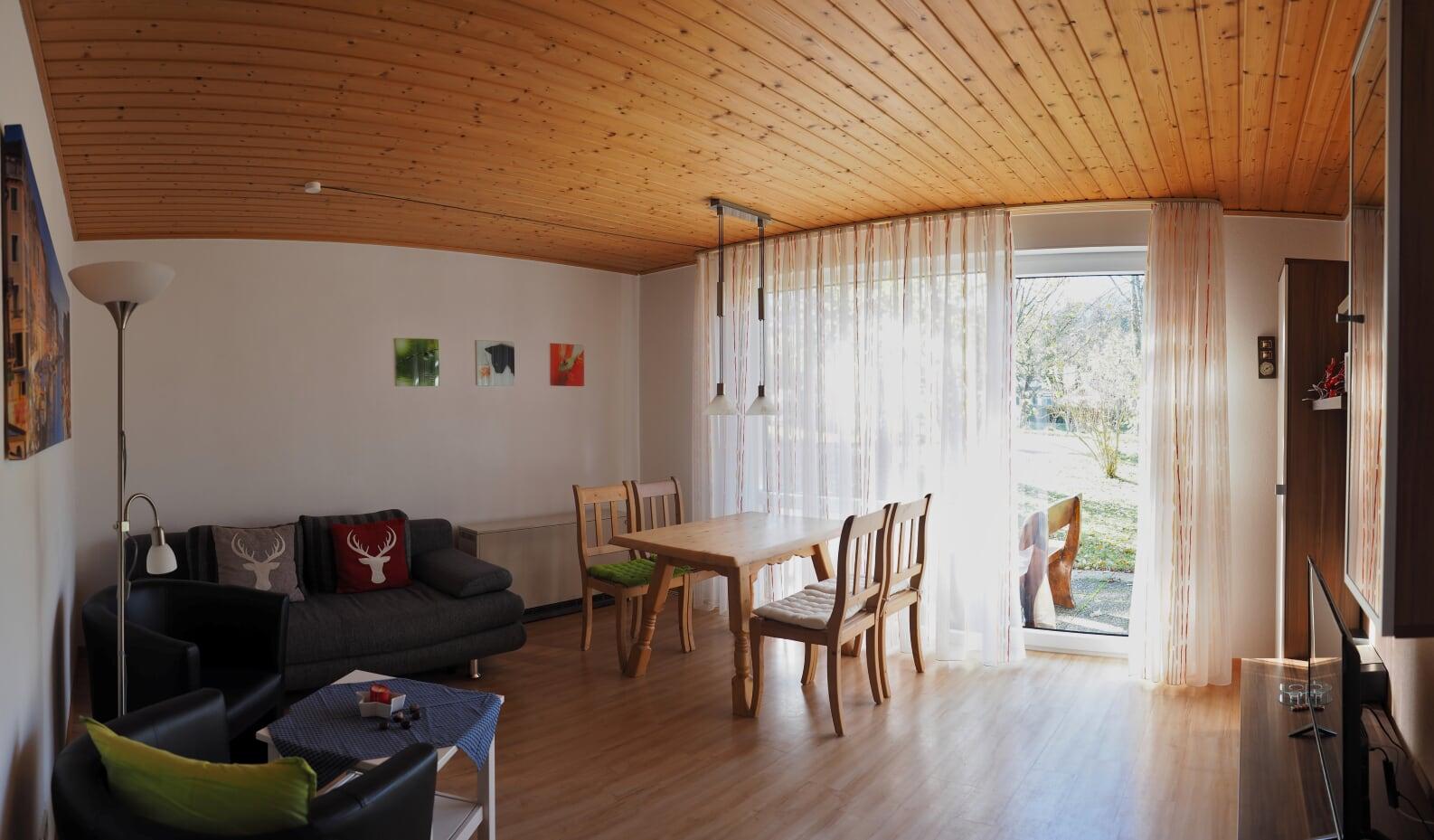 :Wohnzimmer mit Flachbildfernseher und Radio. WLAN über Rezeption erhältlich.
