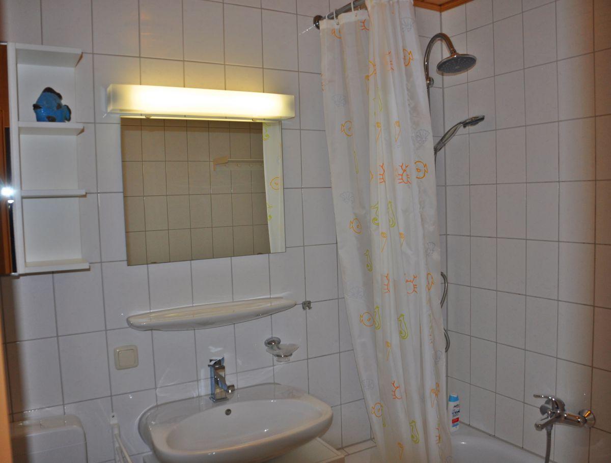 :Badezimmer mit Badewanne und Regendusche