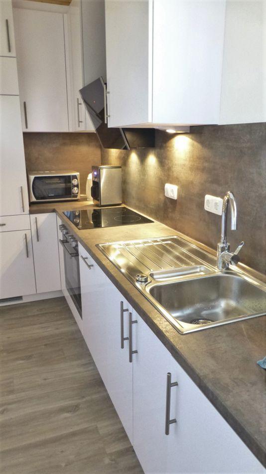 :Küche mit Cerankochfeld, Geschirrspülmaschine, Mikrowelle und Waschmaschine