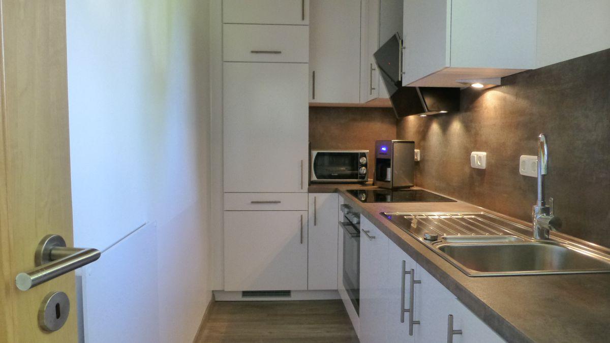 :Küche mit Cerankochfeld, Geschirrspülmaschine und Waschmaschine