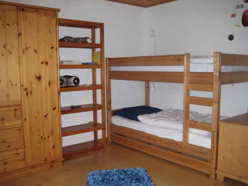 :Kinderzimmer mit Etagenbett und 2 Sitzersofa (Umbau zum Doppelbett möglich)
