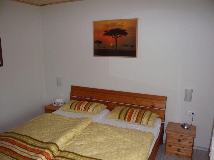 Schlafzimmer:Doppelbett mit neuen Matratzen und 80x80/ 135x200 Garnituren. Frisch Renoviert 2013 (Fenster, Holzdecke, neuer Fußboden und Heizkörper)