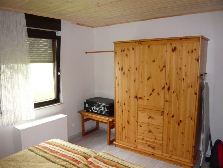 Schlafzimmer:Massivholzschrank und Wäschestange mit reichlich Platz für die Wanderausrüstung oder die Skibekleidung.