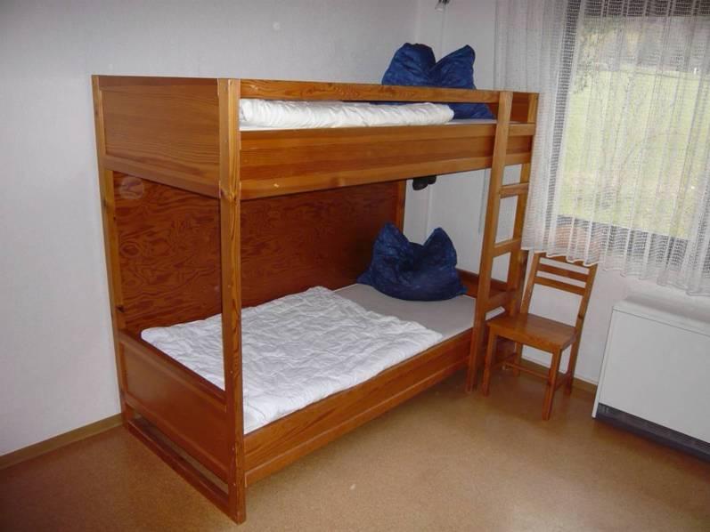 Kinderzimmer:In den massiven Etagenbetten im geräumigen Kinderzimmer schlafen auch Erwachsene gut.  ... und wer sich langweilt kann mit Radio und CD-Player Abhilfe schaffen...
