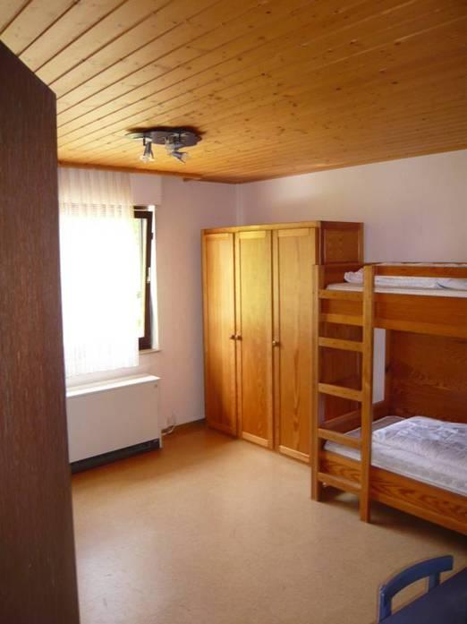 Kinderzimmer:Der Massivholzschrank bietet genügend Platz für die Wäsche von 4 großen oder kleinen Gästen