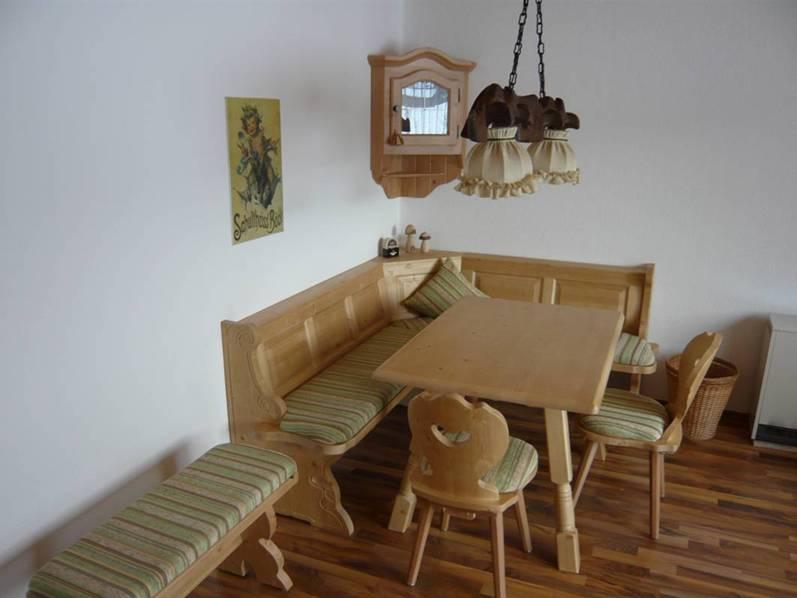 Esszimmer:In der rustikalen Eß-Ecke aus massiver Fichte finden mindestens 6 Personen Platz am Esstisch.