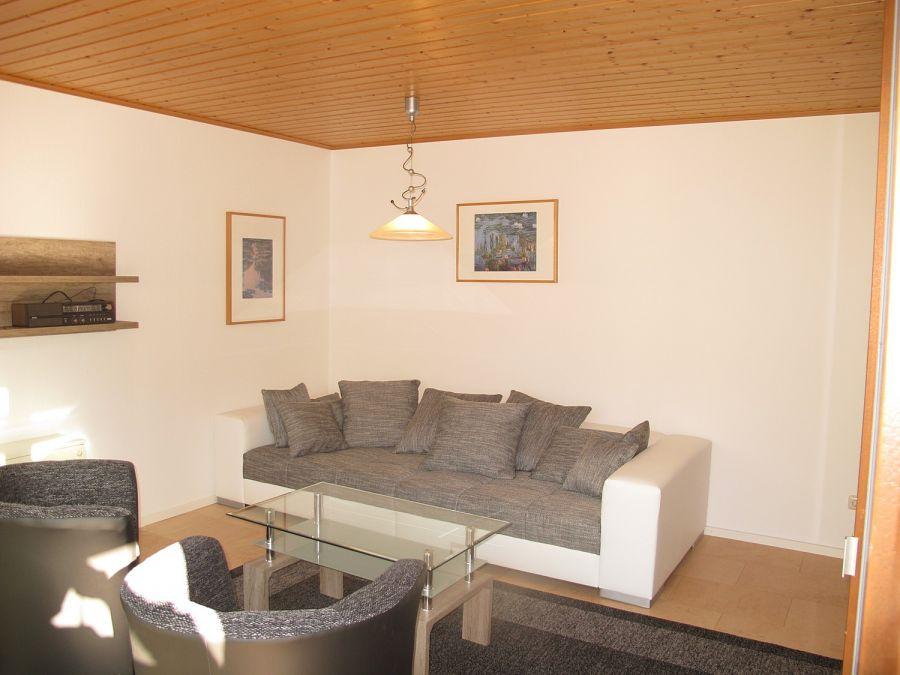 Wohnzimmer:Das Wohnzimmer ist mit einer großen Couch ausgestattet