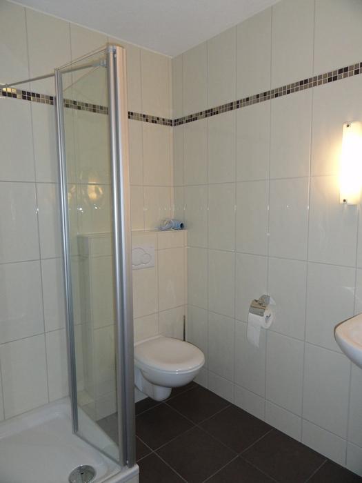 Badezimmer:Mit Waschbecken, Dusche und WC. Das Gäste WC ist nebenan