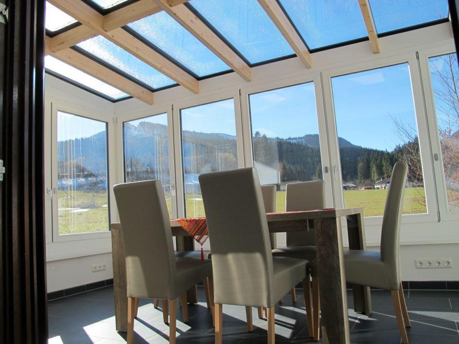 Wintergarten:Genießen Sie den Blick Richtung Alpspitz schon beim Frühstück