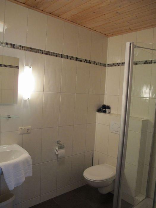 Bad:Mit Dusche und WC - hell und freundlich - ausgestattet