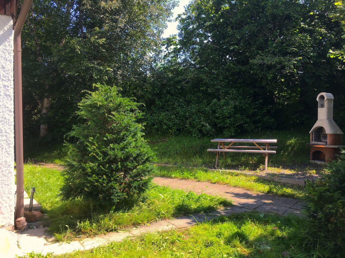 Grillkamin:direkt am Haus befindet sich ein Grillkamin mit Picknickbank