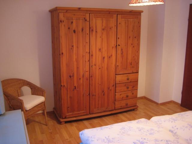 Schlafzimmer:Massivholzschrank